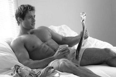 hombre solo en la cama